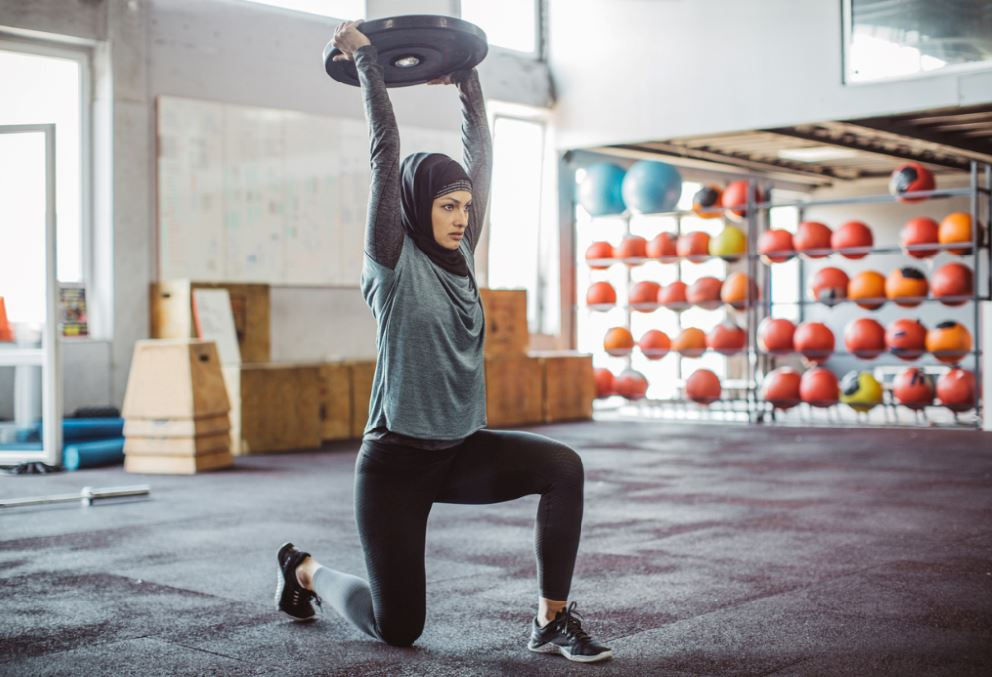 woman in the gym avoiding gym injury